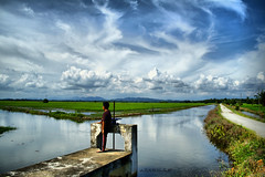 Laskar Bendang : dreaming about the future (azfar ahmad | thepatahtumbuh) Tags: nature kitlens bluesky dreaming mothernature greenandblue justclouds malaysiatrulyasia sawahbendang canoneos1000d paddyfieldmalaysia seluasmatamemandang