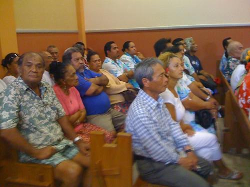 開廷を待つ傍聴者たち