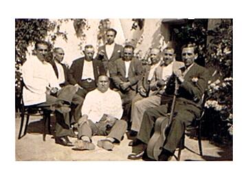 El Maestro sentado en el suelo en el centro.