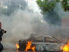 la policia incendia un carro en la Universidad  por Protesta