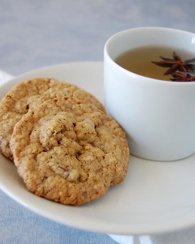 Oatmeal cookies with golden raisins and milk chocolate chips / Cookies de aveia com passas e chocolate ao leite