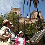 Cuenca: Placa de la Declaratoria de Cuenca como Patrimonio Cultural de la Humanidad, Parque Calderón.