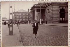 Keleti Pályaudvar, Budapest (Ferencdiak) Tags: keleti pályaudvar budapest hungary nő woman posta kockakő épület villanyoszlop terasz