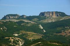 i due grandi blocchi calcarei del monte simone (a destra) e del monte simoncello (a sinistra) che poggiano sul basamento instabile delle argilliti varicolori RN