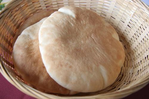 pan de pita en un cesto de mimbre