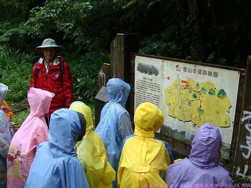 katharine娃娃 拍攝的 8登山步道路線圖前。