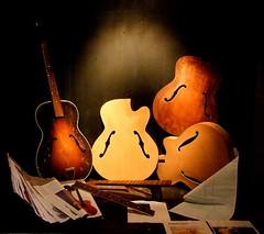 Guitar boogie-woogie (Roel Wijnants) Tags: guitar stilleven denhaag etalage stedelijk muziek winkel boogie stillevens thehague poort gitaar brouwersgracht boogiewoogie hofstad onderdelen inrichten roel1943 roelwijnants opmaak gitaarbouw tommyemanuel hofstijl