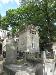 Cimetire du Pre-Lachaise (SamwiseGamgee69) Tags: paris france cemetery cementerio tomb tumba tumbas tombstones francia tombs pars prelachaise cimetire raspail cimetireduprelachaise