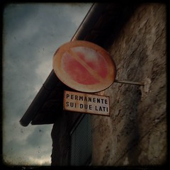 Divieto di Sosta (j. kunst) Tags: old sky italy cloud house window sign metal stone wall rust italia traffic noparking rusty trafficsign viterbo corrosion corroded lazio 意大利 discoloration discolored discoloured ttv fakettv 拉齊奧 維泰博