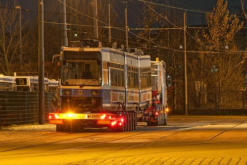 Mit der Zulassung der Redesignzüge werden auch wieder Wagen zur Modernisierung nach Leipzig geschickt, wie hier Wagen 2124 am 29. März 2010