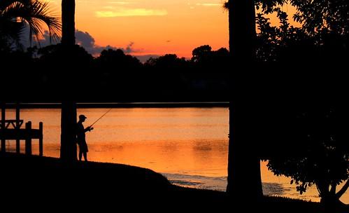 フリー画像| 人物写真| 一般ポートレイト| 釣り人| シルエット| 夕日/夕焼け/夕暮れ| 橙色/オレンジ|     フリー素材|