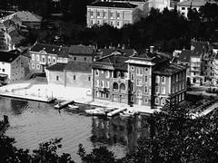Croazia (Stefano Guastalegname) Tags: bw panorama verde hotel casa mare natura acqua bianco croazia nero golfo albergo divertimento contrasto
