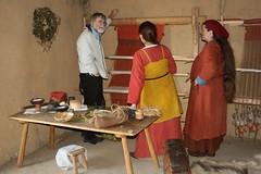 Experimental-Archäologe Harm Paulsen, Hallveig und Raphi am senkrechten Gewichtswebstuhl in Haithabu - Museumsfreifläche Wikinger Museum Haithabu WHH 13-09-2009