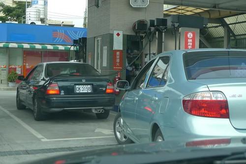 你拍攝的 就是有這種人~~~油箱口明明就再左邊,卻因為這排人少就這樣亂來。