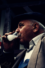 erefe ! | Cheers! (Gne ER | www.guneser.com) Tags: old man adam canon turkey trkiye cheers turkish izmir sokak gne elence amca turkei rak irince mzik yal erefe iki canoneos450d gneer wwwgunesernettr 4sokak