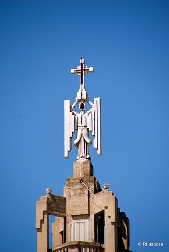 Imagen del Arcángel San Miguel situada en lo alto de la torre del Colegio de los Escolapios, en la confluencia de la Calle Arrieta y la Calle Olite, obra del arquitecto navarro Víctor Eusa.