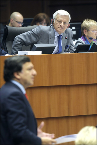 Jerzy Buzek listens carefully as José Barroso's addresses the hemicycle (Photo: European Parliament/Flickr