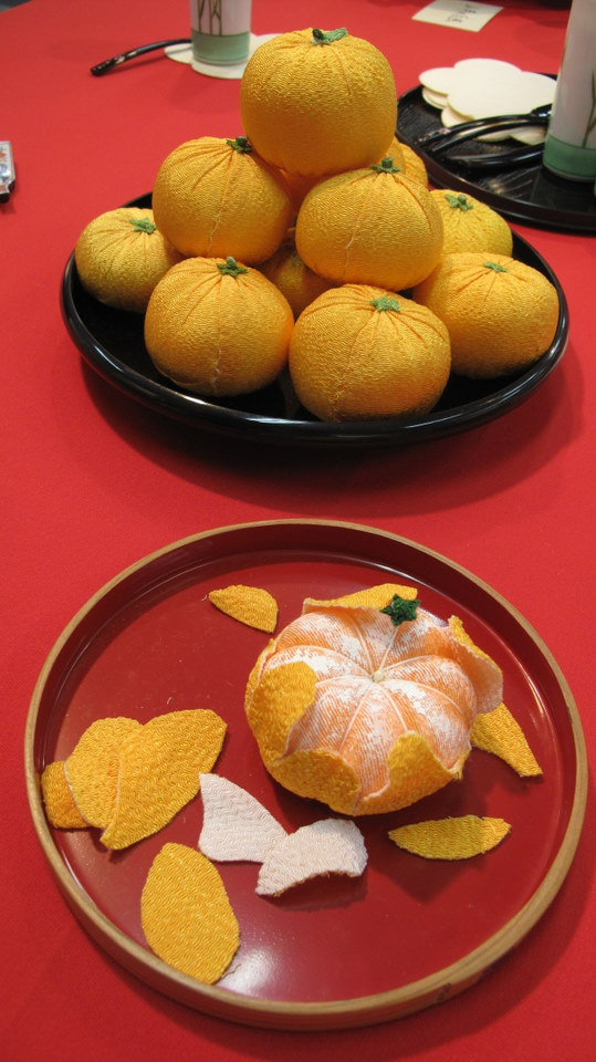 These mikan were good enough to eat. Wonderful display of artwork.