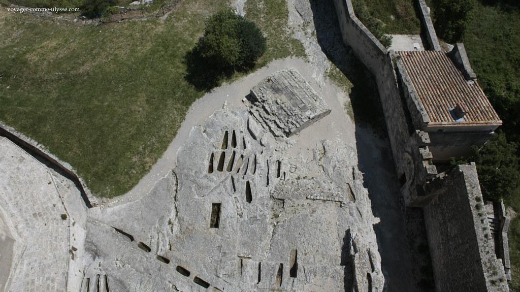 Escavada mesmo na roca, a necrópole rupestre de Montmajour