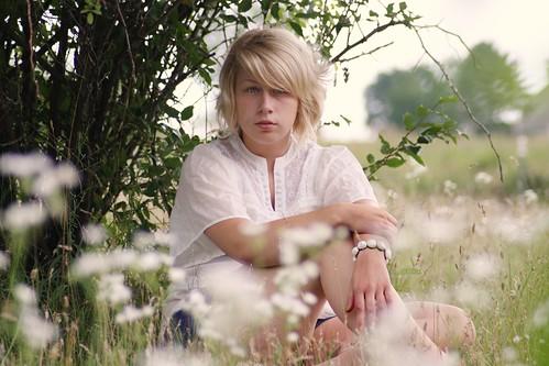 フリー画像| 人物写真| 女性ポートレイト| 白人女性| 金髪/ブロンド| 草原の風景|      フリー素材|