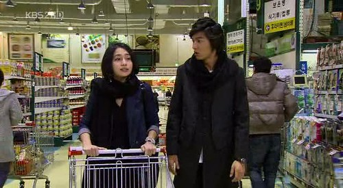 Jae Kyung mengajak Jun Pyo belanja di supermarket