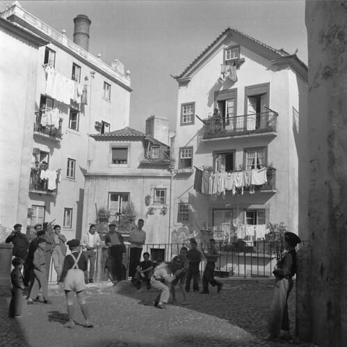 Alfama, Lisboa, Portugal por Biblioteca de Arte-Fundação Calouste Gulbenkian.