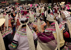 Women in traditional dress following the coffin, Yunnan, China (Eric Lafforgue) Tags: china dead death pain  coffin kina chin cina chine xina funerals    tiongkok  chiny  kna in deuil   trungquc na   kitajska tsina       a0006738