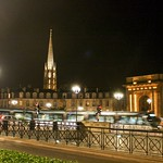 Bordeaux: Porte de Bourgogne et la flèche Saint-Michel, la nuit