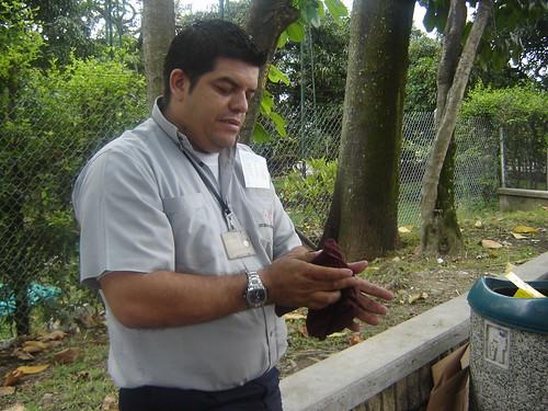 INTENTA QUITARSE GRASA CON TRAPO DE BUS