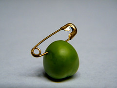 pearcing - (2011) ((rino)) Tags: italy rome roma macro verde green strange gold photo flickr italia foto vegetable piercing odd madness pierce imagination monday pea strano legume safetypin oro rino immaginazione pisello 2011 greenpea spilladabalia