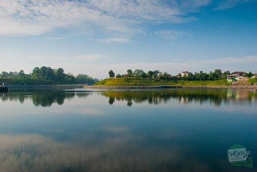 foto refleksi pantulan permukaan air dan langit di Embung Tambakboyo, Sleman, Yogyakarta