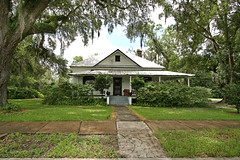 Nice setting (Black.Doll) Tags: florida tinroof bushnell crackerhouse sumtercounty victorianrevival