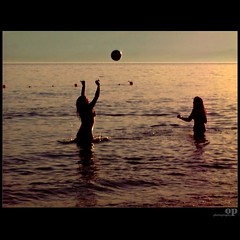 Sunset Play (Osvaldo_Zoom) Tags: girls sunset sea summer italy beach ball seaside play explore frontpage volley calabria infinestyle