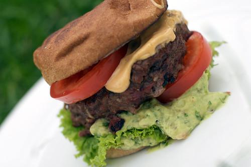 Grillet hamburger med avokadocreme & chipotle aioli
