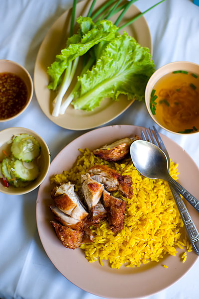 Fried chicken served on yellow rice, Daycha Fried Chicken, Hat Yai