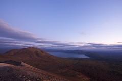 薄明かりの風不死岳と支笏湖