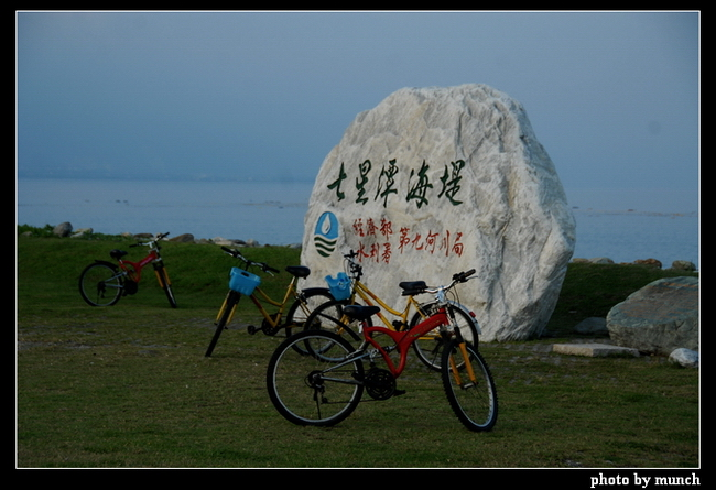 圖說:原本屬於當地居民的秘境自由地,先整理觀光區吸引遊客,再收購土地、重編地目,劃出區位以BOT委由財團壟斷經營,這種秘境-觀光區-BOT的開發模式,已經是台灣觀光區的宿命。(花蓮,七星潭)