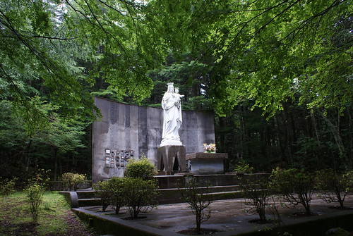 坂を登り切ると木立に囲まれたマリア様の像が見えてくるの
