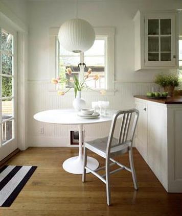 Modern white kitchen: Saarinen table + Emeco Navy chair