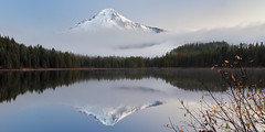 Trillium Lake (Jesse Estes) Tags: reflection fog oregon mounthood trilliumlake jesseestesphotography
