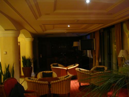 Lobby con bar al fondo