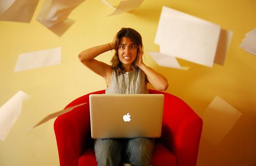 フリー画像| 人物写真| 女性ポートレイト| ラテン系女性| 頭を抱える| パソコン/PC| MAC/マック|     フリー素材|