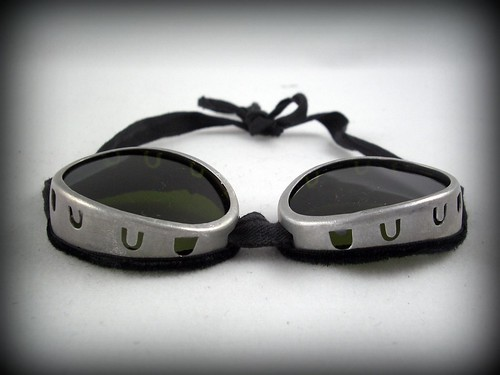 These shaded Swiss motorcycle goggles come in a durable tin carrying case thats kinda retro and old fashioned and kinda bad ass