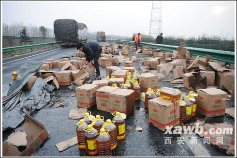 西汉高速上的一车食用油被疯抢