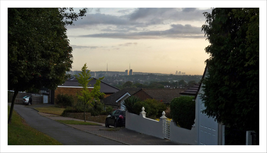 Croydon & London from Riddlesdown Panorama 2-02sm