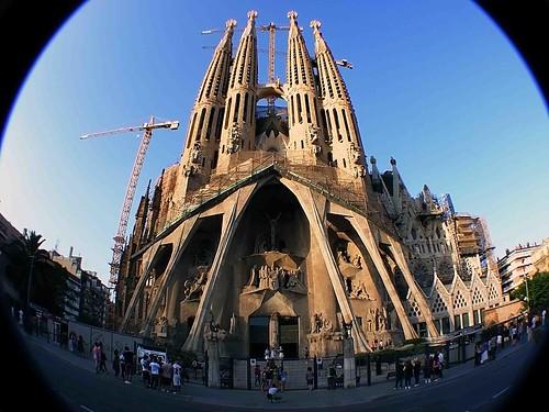 sobre todo a partir de la visita apostlica del papa benedicto xvi a barcelona la baslica de la sagrada familia y su arquitecto antoni gaud despiertan un