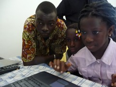 Boukary training kids to use the Internet in rural Mali. Photo workshop.segou on Flickr