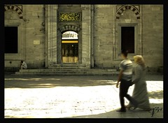 Paseo a la mezquita (Azulada_) Tags: nikon retrato hijab mezquita 2009 istambul turquia estambul mesk robado azulada