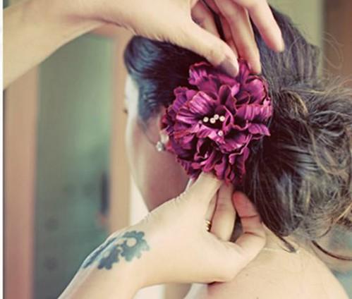 flor no cabelo madrinha de casamento