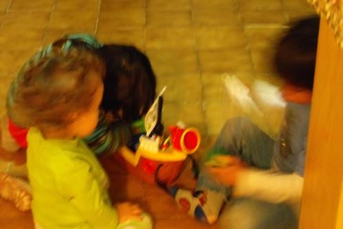 Tres niños juegan